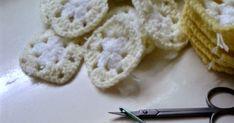 Merhabalar ) Bugün sizlere iplik koparmadan motif birleştirmeyi göstereceğim.. Öncelikle tüm motiflerimizi örüp birleştirmeye hazırlıyor... Crochet Coat, Pattern, Handmade, Bed Covers, Crocheting, Hand Made, Patterns, Model, Swatch