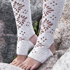 Siirry tuotteeseen Crochet Cozy, Crochet Slippers, Leg Warmers, Mittens, Crochet Patterns, Socks, Legs, Knitting, Accessories
