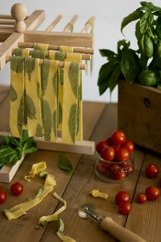 Pasta Shop, Food Business Ideas, Colored Pasta, Pasta Casera, Diy Food Gifts, B Food, Spinach Pasta, Food Packaging Design, Fresh Pasta