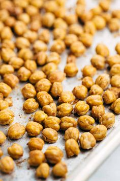 How To Make Crispy Roasted Chickpeas in the Oven - A simple guide for crunchy legumes that are the perfect healthy snack or addition on top of salads and soups. Roasted Chickpeas Healthy, Crispy Chickpeas, Peanut Recipes, Vegan Recipes, Snack Recipes, Cooking Recipes, Dinner Recipes, Heart Healthy Snacks, Chickpeas