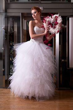 Ekstrawagancka suknia ślubna z gorsetem zdobionym kryształkami.