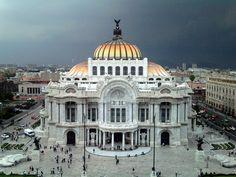 Café de la Gran Ciudad.  El Café de la Gran Ciudad es una cafetería que se encuentra en el octavo piso de uno de los edificios del Centro Histórico de la Ciudad de México, con una vista justo enfrente de el Palacio de Bellas Artes.