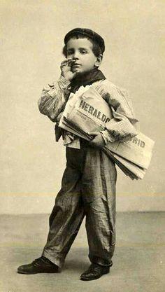 Niño vendedor del periódico El Heraldo .Madrid. Hoy un niño trabajando nos parece impensable, pero antaño, era lo mas frecuente entre las clases humildes