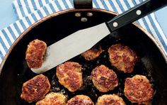 Frikadeller uden fancy ingredienser - her er opskriften på de helt almindelige og klassiske danske frikadeller med hakket kalv & flæsk eller svinekød.