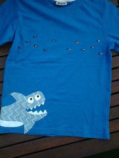 camiseta amb aplicacions. Tauró que persegueix un banc de peixos
