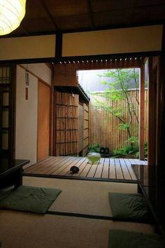 Tatami room deck and garden space in a traditional Japanese house. Interior Design Home Japanese Interior Design, Asian Interior, Japanese Design, Interior And Exterior, Room Interior, Japanese Style House, Traditional Japanese House, Sala Tatami, Japanese Living Rooms