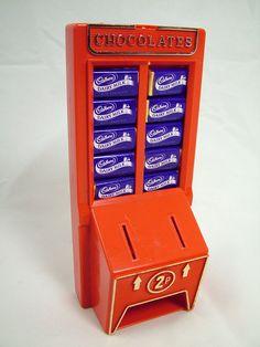 Cadury's Chocolate Machine money box Photo of Cadbury Chocolate machine money box full of miniature Dairy Milk chocolates, taken from TV Cream Toys .uk - more photos, plus write ups, at the web site. 1980s Toys, Retro Toys, Vintage Toys, Toys Uk, 1980s Childhood, Childhood Days, Dairy Milk Chocolate, Cadbury Chocolate, Vintage Sweets