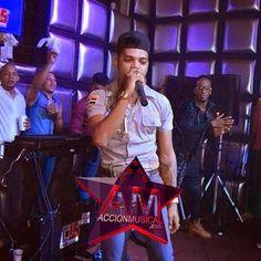 """""""El Mayor"""" se presenta uniformado de Policía en un colmadón de Villa Duarte ~ AccionMusical - Lider de Musica y Noticias"""