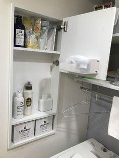 ランドリールーム・洗濯室は工夫次第で毎日の家事がラクラクに♪おすすめの収納アイデアもご紹介 | 収納デザインソムリエ | 南海プライウッド株式会社 Bathroom Medicine Cabinet, Laundry, House Decorations, Furniture, Recycling, Hipster Stuff, Laundry Room, Laundry Service