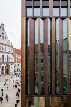 Die Berliner Architekten Kuehn Malvezzi entwarfen für ein Geschäfts- und Wohnhaus in München ein Ensemble, das auf die unterschiedlichen stadträumlichen Situationen reagiert und im Innenhof zum Spiegel eines Gartens wird.