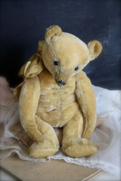 Hug Me Again Collectibles - Hug Me Again collectible Teddy bear, Traditional style and well aged.