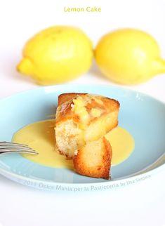 torta-al-limone-con-crema-280 g di farina 00 200 g di zucchero semolato 200 g di mandorle pelate, tritate 2 cucchiai di succo di limone 1 cucchiaio di buccia grattugiata di limone 6 bianchi d'uovo 170 g di burro, fuso Un pizzico di sale