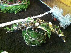 Dollar Store Christmas, Christmas Diy, Christmas Wreaths, Ikebana, Dollar Stores, Plant Hanger, Holiday Decor, Plants, Holiday Ornaments