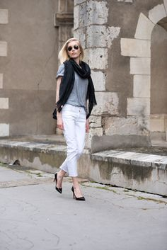 Linen scarf from Balmuir and white jeans. Summer fashion