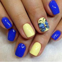 vernis Shellac bleu et jaune avec bijoux pour une manucure rigolote