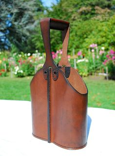 This unique hand-built all-leather double wine bottle caddy is the classiest way to carry your favorite bottles of vino to parties, events or to Leather Wallet Pattern, Leather Pouch, Leather Backpack, Leather Bags Handmade, Leather Craft, Anniversary Gift Ideas For Him Boyfriend, Wine Tote Bag, Leather Projects, Leather Accessories