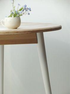 Okrúhly stolík, biele nohy