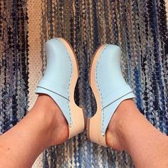 Bare feet in flip-flops, mules, pumps, flat pumps and clogs. Wooden Sandals, Wooden Clogs, Clogs Shoes, Shoe Boots, Latest Fashion Clothes, Women's Fashion, High Heels, Slip On, Footwear