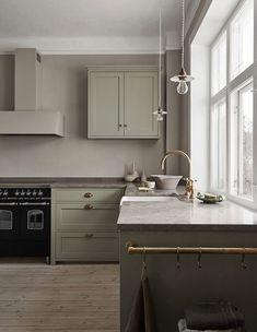 Nordiska Kök - Detta ljusgröna shakerkök är platsbyggt i vårt snickeri utanför Göteborg. Upptäck den senaste köksdesignen, inspireras och få idéer till ert nya kök på vår instagram @nordiskakok #kök #köksinspiration #kitcheninspo #nordicdesign #scandinaviandesign #kitchen #shaker #shakerkök #kitchendesign #minimalist #nordichome #scandinavianhome #interiors #interior #architecture #köksinspo #køkken #köksinspiration