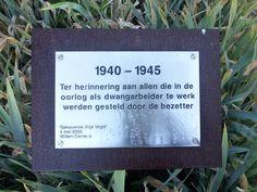 """Velsen-Noord - Hoogovens (Tata Steel). Monument voor de arbeiders van het bedrijf die in WO-II door de Duitsers zijn ingezet als dwangarbeiders. """"De gehavende vrije vogel'- een beeld van Willem Cerneus, onthuld op 4/5/2005. Foto: G.J. Koppenaal, 28/9/2015."""