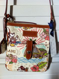 Front of Dooney and Bourke Purse from Aulani Resort - Disney Collaboration Purses Bags Crossbody Stachel Disney Collab Purse Dooney And Bourke Disney, Disney Dooney, Dooney Bourke, Disney Handbags, Disney Purse, Aloha Hawaii, Hawaii Vacation, Hawaii Outfits, Hawaiian Theme