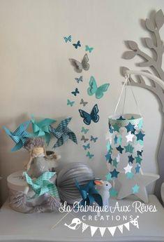Décoration chambre bébé turquoise caraïbe, bleu pétrôle/bleu canard, gris et blanc : étoiles, papillons et
