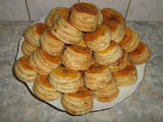 Oškvarkové pagáče - recept Slovak Recipes, Bread And Pastries, Biscuits, Dessert Recipes, Food And Drink, Appetizers, Cooking Recipes, Breakfast, Sweet