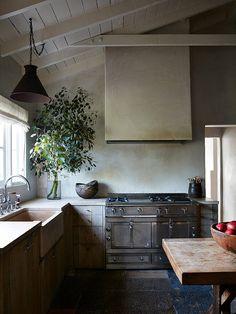 Kitchen Remodel & Decor - Money-Saving Kitchen Renovation Tips - Ribbons & Stars Modern Farmhouse Kitchens, Rustic Kitchen, Kitchen Dining, Kitchen Cabinets, Homey Kitchen, Eclectic Kitchen, Bar Kitchen, Kitchen Paint, Wood Cabinets