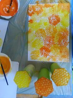 Honeycomb stamping rüeblikrokodil: summ, summ, summ – painting with children - Easy Crafts for All Arte Elemental, Bee Activities, Summer Activities, Preschool Crafts, Bee Crafts, Art For Kids, Crafts For Kids, Classe D'art, Bee Wings