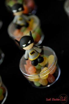 Caixinha do Batman para festa infantil! Mais ideias AQUI: http://mamaepratica.com.br/2015/05/14/9-ideias-para-decorar-sua-festa-com-guloseimas Foto: https://www.facebook.com/Fotografiaderecemnascido