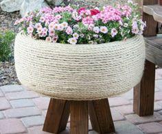 Vaso decorativo feito de pneu é sustentável e um charme.