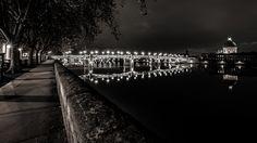 Le #pont Saint-Pierre de #Toulouse passe au-dessus de la #Garonne et relie la place Saint-Pierre à l'hospice de la Grave. C'est un pont au tablier métallique, entièrement reconstruit en 1987.  En arrière-plan, le Pont Neuf. Toulouse, Place Saint Pierre, Grave, Sidewalk, Steel Deck, Bridge Pattern, Walkways, Pavement