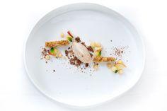 """Venedigs Cocktail-Klassiker Bellini aus """"Harry's Bar"""" stand Pate für dieses Dessert: Bellini-Sorbet, Weinbergpfirsich-Püree, Nussecken und Kakao-Crumble."""