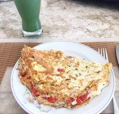 Omelete de 4 claras com queijo e tomate. Suco verde de espinafre, couve, gengibre e maçã.
