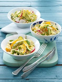 Zucchini-Couscous-Salat mit Radieschen und Möhren in Joghurtdressing