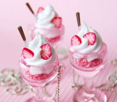 Pink - Dessert in a compote Milk Shakes, Pink Lady, Dessert Original, Decoration Evenementielle, Tout Rose, Pink Foods, I Believe In Pink, Everything Pink, Cute Food