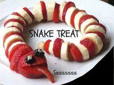 Fruit slang met banaan en aardbeien. #fruit #fruit #traktatie