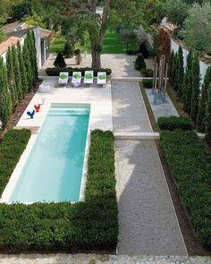 schmaler Garten mit Pool und Sonnenliegen