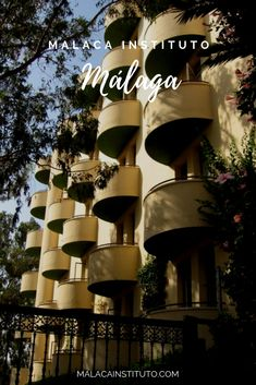 Este es el edificio que alberga las habitaciones de Malaca Instituto. Mini Gym, Bar Restaurant, The Masterpiece, Life Is Like, Malaga, Swimming Pools, Swiming Pool, Buildings, Gardens