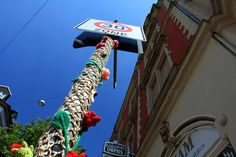 Once barely heard of, yarn bombing, a type of knitting graffiti, is finally creeping more and more into the spotlight. Elements seen in the streets are. Yarn Bombing, Freeform Crochet, Photo Art, Graffiti, Street Art, Art Yarn, Textiles, Knitting, Floral