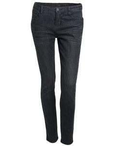 Kerning und feminin: Slimfit Jeans in raven black.