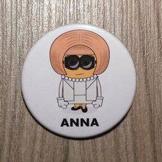 Chapa de Anna Wintour en forma de Minion. por SuplementoDeModa