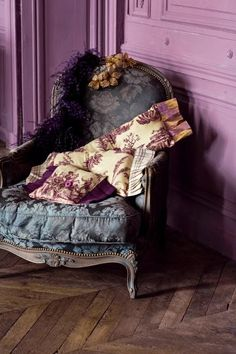❥ shabby blue gray chair, pinkish purple walls and purple floral cushions, absolute delight! Love color for room Decoration Shabby, Purple Walls, Purple Rooms, Mauve Walls, Color Walls, Purple Chair, All Things Purple, Take A Seat, Shades Of Purple