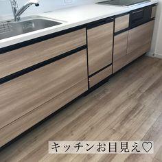 """>>SHIBA_HOME<< on Instagram: """"* * 連投失礼します🙇🏻♀️ * 我が家キッチン 初お目見えです😍 タカラスタンダードの オフェリア✨ コンロはIHです👍 私は五徳のお掃除が大嫌いなので笑☜自慢できることじゃない💦 主人は乗り気じゃありませんでしたが💦譲れず🤣IHを採用しました🙌 *…"""" Buffet, Cabinet, Storage, Furniture, Home Decor, Instagram, Clothes Stand, Purse Storage, Decoration Home"""