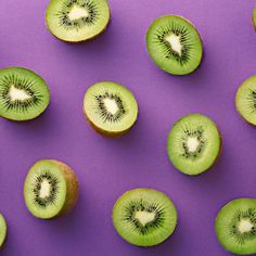 Even though kiwi skin is fuzzy and gross-looking, it actually is edible. Here's how to eat kiwi skin, its benefits for your body, and more. Healthy Recipe Videos, Super Healthy Recipes, Healthy Dinner Recipes, Foods For Healthy Skin, Healthy Snacks, Healthy Hair, Healthy Pancakes Oatmeal, Crockpot, Pastas Recipes