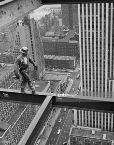A New York construction worker walks along a girder high above the. - A New York construction worker walks along a girder high above the city streets, circa - Pin Ups Vintage, Vintage New York, Construction Safety, Construction Worker, Photo D Art, Foto Art, Old Pictures, Old Photos, Famous Pictures