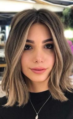 Gorgeous Hair Colors That Will Really Make You Look Younger Brown Blonde Hair, Blonde Hair With Brown Highlights, Balayage Hair Bob, Honey Highlights, Brown Hair Foils, Brown Ombre Hair Medium, Highlights Around Face, Dark Brown Hair With Highlights Balayage, Balyage Short Hair