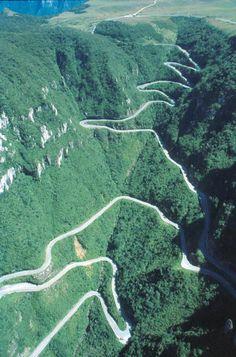 Serra do Rio do Rastro - Lauro Müller, Santa Catarina Foi eleita por um site estrangeiro como a estrada mais impressionante do mundo. Atrai muitos turistas no inverno no período de neve. (bydecodifiquei)