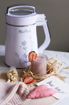 Batido con Castañas de Cajú y Frutillas - 1 taza de frutillas - 1 medidor de castañas de cajú - agua entre Min y Max - semillas de chía - pizca de canela - opcional - 2 cucharadas de miel o dátiles Programa Leche Crudo/Raw Kettle, Kitchen Appliances, Canela, Raw Milk, Honey, Fruit, Chowders, Recipes, Chia Seeds