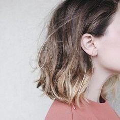 ブラウンから毛先に向かってハイトーンに。 まだまだ流行中のグラデーションヘアは大人の女性に是非して貰いたいスタイル。